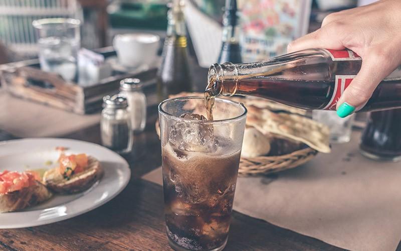 Aufgrund des hohen Zuckergehaltes solltest du nach der Weisheitszahn OP keine Limonade trinken.